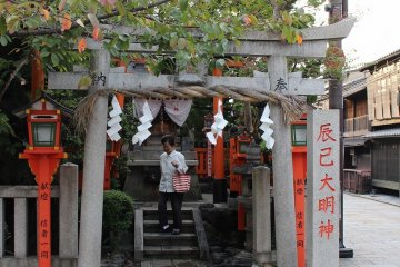 <p>Tatsumi Daimyoujin at the northside of Gion. Maiko and Geisha prayer here for success in their skills.&nbsp;</p>