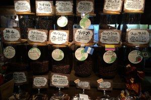 世界各国から来たコーヒー豆には産地、味の特徴などが詳しく説明してありとても親切だ。