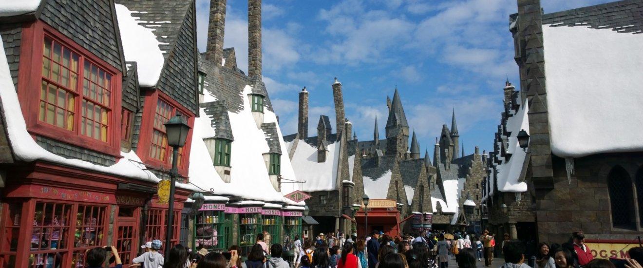The Wizarding World of Harry Potter : ผู้คนมากมายกำลังสนุกสนานอยู่ในบริเวณหมู่บ้าน HOGSMEADE VILLAGE ที่ถอดแบบจินตนาการเมืองแห่งเวทมนตร์มาจากบทประพันธ์และภาพยนตร์ให้เราสัมผัสได้จริง หมู่บ้านแห่งนี้เป็นด่านแรกที่จะต้อนรับเราสู่ The Wizarding World of Harry Potter อาคารต่างๆ นั้นดูผิดส่วนแปลกตาสวยงามอย่างน่าอัศจรรย์ ตลอดถนนกลางหมู่บ้านนั้นมีร้านรวงที่น่าสนใจมากมายที่ราวรุดมาจากมหากาพย์ชื่อดังแห่งยุคนี้เลยทีเดียว อาทิ ร้านขนมหวาน HONEYDUKES, ร้านไปรษณีย์นกฮูก OWL POST & OWLERY, ร้านไม้กายสิทธิ์ OLLIVANDERS เป็นต้น