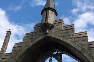 "ZONE 1 > HOGSMEADE VILLAGE : ซุ้มทางเข้าหมู่บ้านกับป้ายข้อความ ""Please respect the spell limits"" อันเป็นเอกลักษณ์ ซึ่งป้ายและซุ้มนี้ถอดแบบมาจากบทประพันธ์ และจะปรากฏในThe Wizarding World of Harry Potter ทั่วโลก"