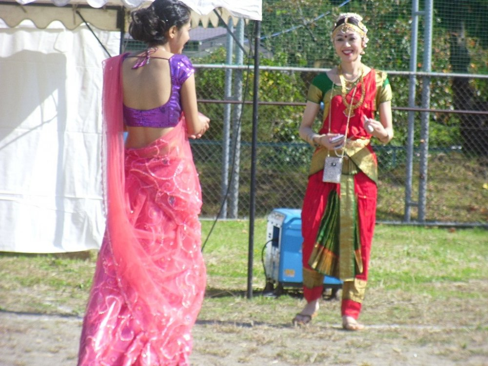Anda dapat melihat banyak pakaian tradisional pada acara tersebut.