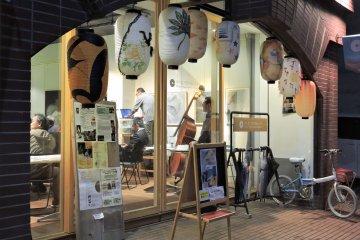 '후쿠이 기타노쇼 클래식스'의 입구; 일본의 종이등이 처마에 걸려 있다
