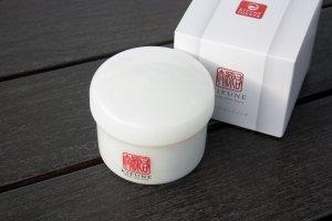 MOISTURE WHITE PACK (CLAY IN) ผลิตภัณฑ์จาก KIFUNE UGENTA ได้รับการออกแบบบรรจุภัณฑ์อย่างสวยงามและมีมาตรฐานในระดับสากล