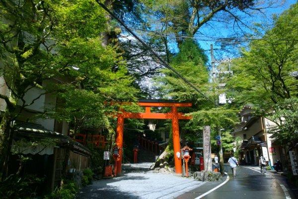 โทริอิสีส้มขนาดใหญ่ท่ามกลางป่าไม้ที่ร่มรื่นซึ่งตั้งอยู่บริเวณทางขึ้นศาลเจ้าคิบุเนะ (Kibune Shrine) เป็นสัญลักษณ์ของหมู่บ้านกลางหุบเขาที่รู้จักกันเป็นอย่างดี