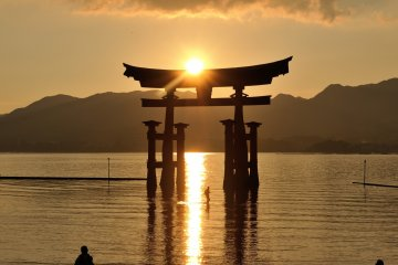 <p>The sunshine clearly reflected on the water looks like a pathway to the shrine!</p>