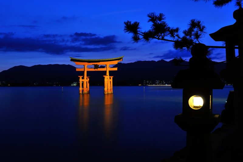 <p>The evening lanterns are lit up and deep silence permeates the entire area</p>