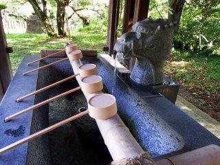 Patung kepala naga menyemburkan air dari mulutnya. Air mengalir dengan sensor gerak, ketika Anda mendekati air naga mulai mengalir, tetapi ketika Anda memindahkan tangan air berhenti.
