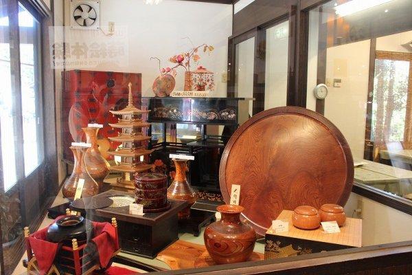 石川の伝統工芸、山中木工製品が展示されている