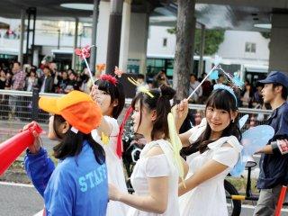 Banyak peserta yang sangat senang terlibat dengan acara tersebut dan berpose untuk foto cepat sambil mereka berjalan.