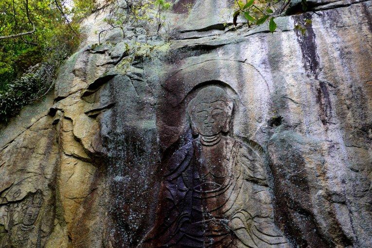 รูปแกะสลักหิน Tomikawa Magaibutsu