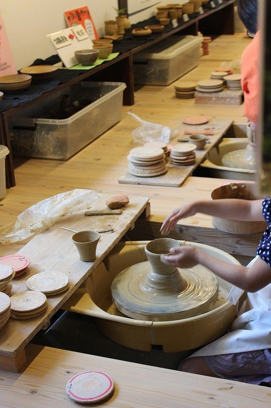 九谷焼の陶芸教室では絵付けのほか、このようにろくろを使っての陶芸が体験できる。焼き上がりまでおよそ1ヶ月。作品は焼き上げて自宅まで宅配してもらえる