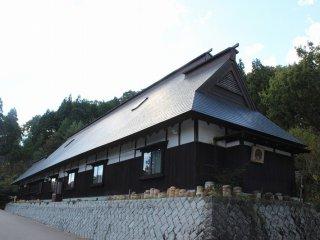 銅板葺き2階建て民家。明治初期の建築である。石川県小松市赤瀬町より移築