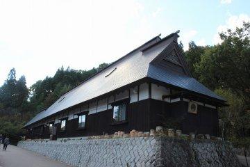 동판 지붕의 2층 민가. 메이지 초기의 건축이다. 이시카와현 코마츠시 아카세초로부터 이축