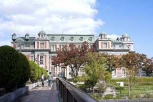มุมสวยด้านข้างของOsaka Central Public Hall