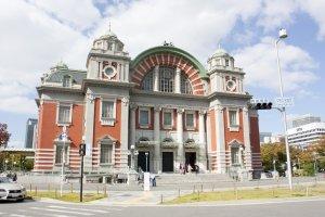 ด้านหน้าของOsaka Central Public Hall ที่โดดเด่นด้วยสถาปัตยกรรมหลังคาโค้งในแบบนีโอ-เรเนซอง (Neo-Renaissance)