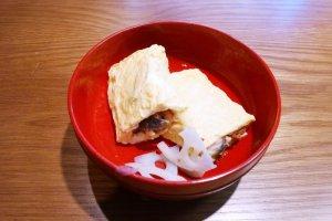 อุมากิ (う巻 )ไข่หวานห่อปลาไหล หรือ Egg Omelet เมนูอร่อยๆ ที่นำไข่หวานฟูนุ่นมาห่อปลาไหลที่ย่างไฟในสูตรเฉพาะตัว เป็นเมนูอร่อยที่ทางร้านแนะนำให้ลิ้มลอง
