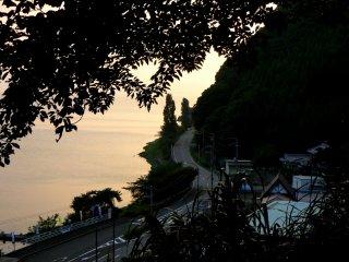 La promenade Oku-Biwako longe le lac