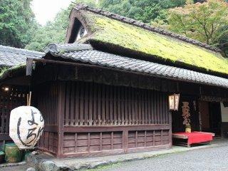 嵯峨鳥居本巡り歩きの出発点、一の鳥居の「平野屋」