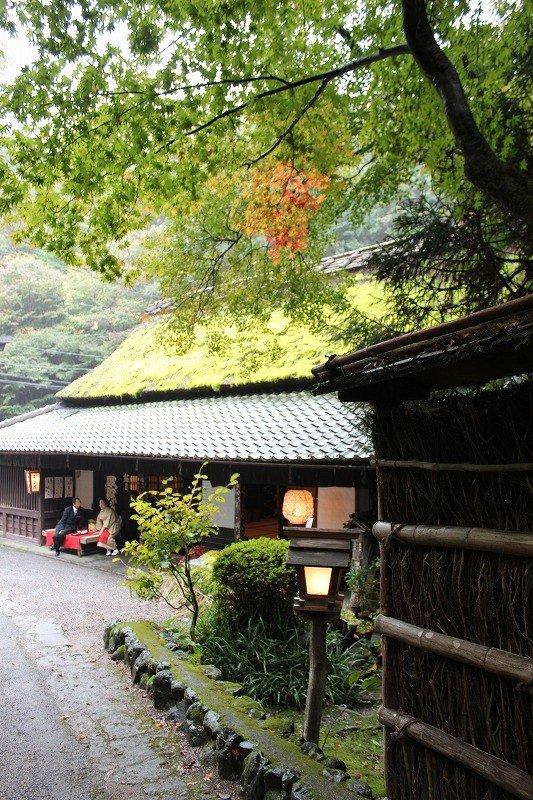 아타고야마 신사에 참배하는 자는 우선 이곳에 앉아 차와 경단을 먹은 다음, 꾸불꾸불한 산길의 참도를 올랐다고 한다