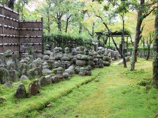 山門をくぐり境内に入る前の小径の脇にはこのような苔むす庭と石仏が出迎えてくれる