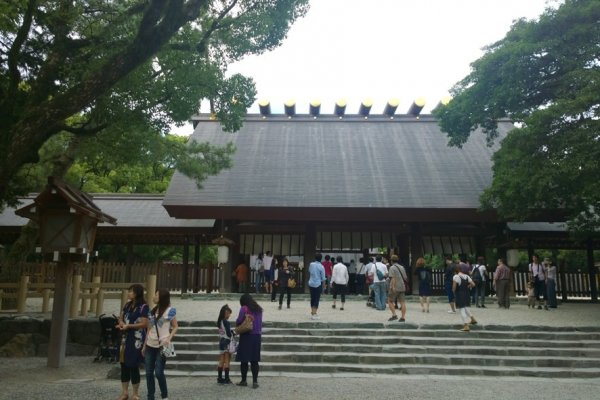 ศาลเจ้าอัตสึตะ (熱田神宮 / Atsuta Shrine) แห่งเมืองนาโกย่า ถือเป็นศาลเจ้าอันศักดิ์สิทธิ์ที่น่าเคารพนับถือเป็นอันดับที่สองของศาสนาชินโตซึ่งรองจากศาลเจ้าใหญ่แห่งอิเสะ (伊勢神宮 / The Grand Shrine of Ise) แต่ละวันนั้นจะมีคนแวะมาสักการะขอพรมากมาย