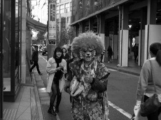 Người đàn ông trong trang phục kỳ lạ này liên tục đi qua đi lại trên phố và tôi đã chụp được một bức hình với anh ấy