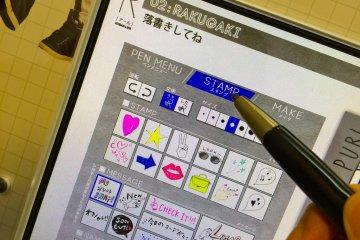 <p>На вкладке Stamp выберите сердечки, звезды или смешные фразы и перетащите их на фотографию.</p>