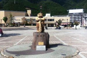 Anda akan diambut oleh patung Kinuta (鬼怒太) saat tiba di Kinugawa Onsen Station