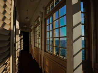 附属塔南面の明るい廊下