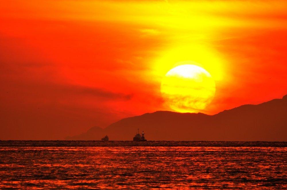小豆島に沈む真っ赤な太陽