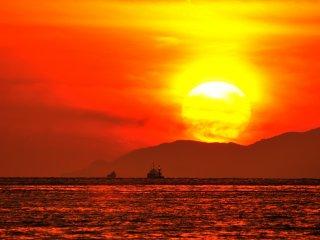 Matahari terbenam yang menyala merah di Shodoshima