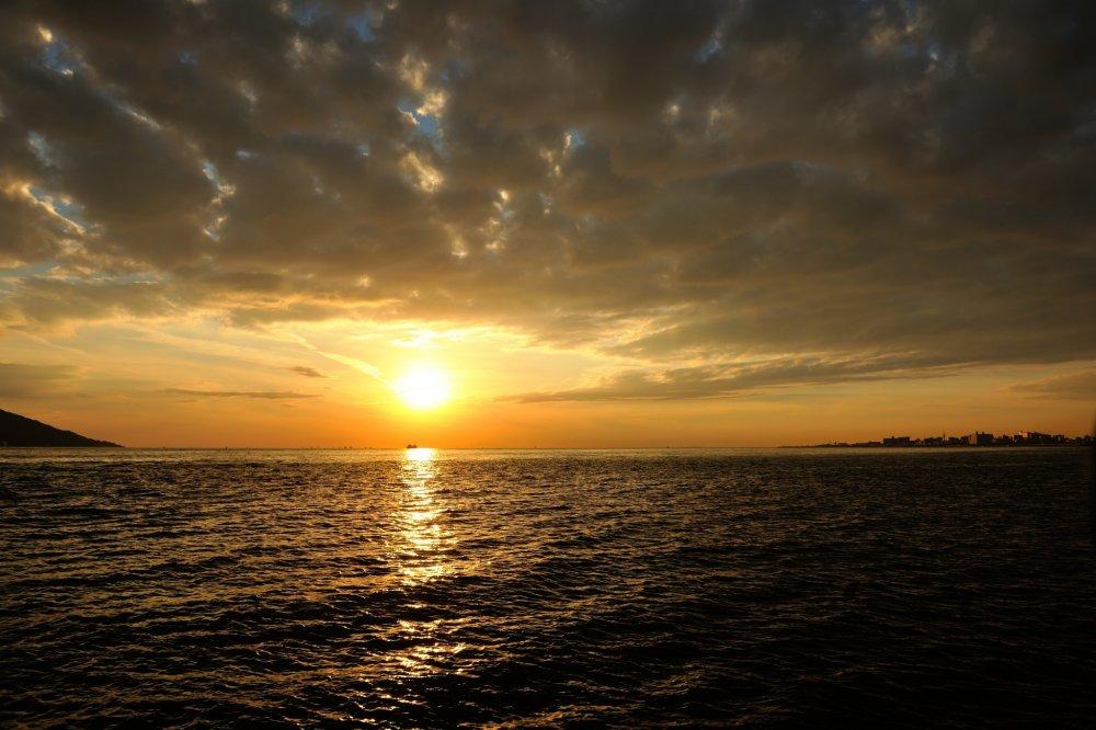 Matahari terbenam yang menawan terlihat dari Maiko Park, Hyogo, sedang menyombongkan reputasi keindahannya