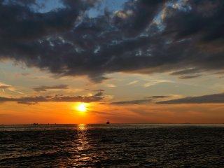 Menikmati perubahan saat-saat matahari terbenam