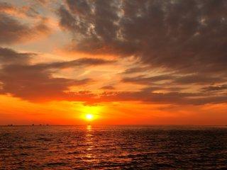Saya seolah sedang menatap sebuah lukisan yang begitu indah daripada melihat matahari yang sedang terbenam