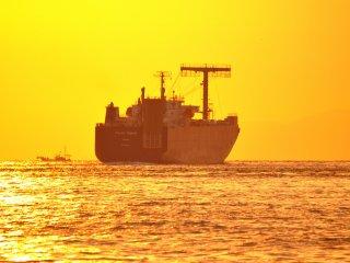 Setiap kali melihat kapal tanker seperti ini,saya selalu bertanya-tanya kemana kapal itu menuju