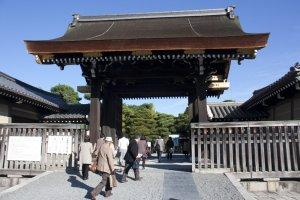 ประตู Gishumon Gate อันเป็นประตูทางเข้าสู่พระราชวังชั้นในสำหรับนักท่องเที่ยวที่มาเยือนพระราชวังเกียวโต