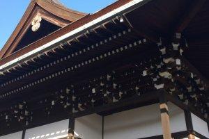 พระตำหนัก Shishinden นั้นสร้างด้วยไม้ทั้งหลังด้วยภูมิปัญญาโบราณที่วิจิตร ประณึต งดงาม