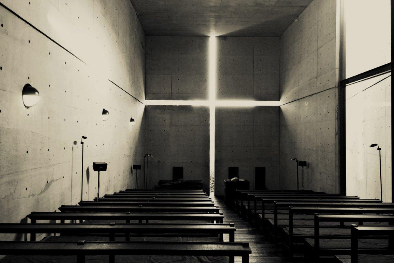 แสงสว่างแห่งศรัทธาของ Church of the Light นี้เป็นเอกลักษณ์ที่รู้จักไปทั่วโลก ช่องระหว่างผนังคอนกรีตเสริมใยเหล็กนั้นถูกวางให้ได้จังหวะที่เหมาะสมเกิดเป็นรูปทรงของไม้กางเขนที่ให้แสงลอดผ่านเข้าสู่ภายในตัวอาคารอย่างงดงาม ซึ่งนี่เป็นความง่ายที่แสนชาญฉลาดของทาดาโอะ อันโด