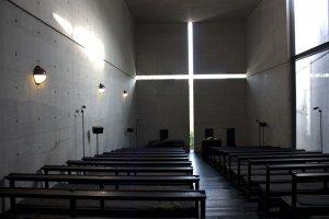 ภายในของChurch of the Light นั้นเป็นที่ปฎิบัติศาสนกิจได้อย่างดีเยี่ยม มีพลังไม่แพ้งานสถาปัตยกรรมอันโดดเด่นเลยทีเดียว