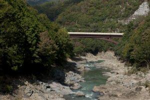 วิวสวยๆ ระหว่างทางของรถไฟสายโรแมนติก Sagano Romantic Train