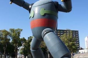เปรียบเทียบหุ่นยนต์เหล็กขนาดจริงกับตัวคนปกติที่ไซส์ต่างกันลิบลับ ...Tetsujin 28-go นั้นเป็นผลงานของนักวาดการ์ตูนชื่อดังอมตะอย่างMitsuteru Yokoyama ที่สร้างสรรค์ขึ้นและถูกตีพิมพ์ครั้งแรกในปี ค.ศ.1956