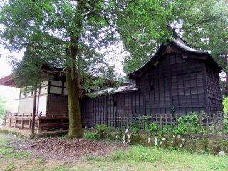 Phòng cầu nguyện chính dưới những chiếc lá xanh