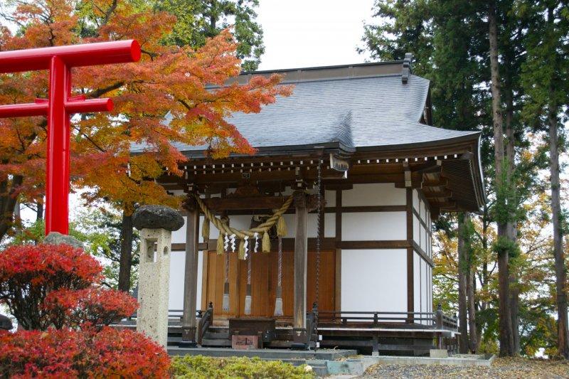 <p>Kitaro Inari shrine is situated in the foothills of Mt.&nbsp;Maizuru</p>
