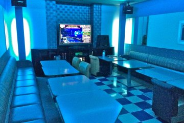 <p>A glimpse into a private karaoke room that looks like it can fit up to 20 people!</p>