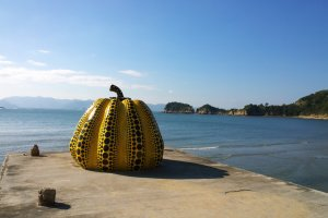 Yellow Pumpkin ท่ามกลางความงดงามของทะเลเซตโตะในนั้นนอกจากความงดงามแล้วเอกลักษณ์ของศิลปะนี้ยังโดดเด่นแลดูมีพลัง