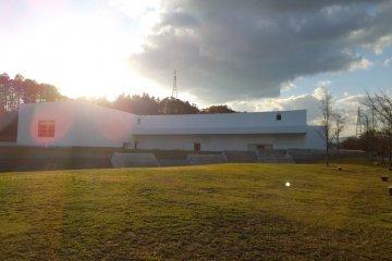 <p>The Aomori Museum of Art (青森県立美術館) พิพิธภัณฑ์ศิลปะร่วมสมัยที่สร้างขึ้นบริเวณอุทยานประวัติศาสตร์ Sannai-Maruyama site (三内丸山遺跡) อันเป็นแหล่งโบราณสถานสำคัญหนึ่งของการกำเนิดญี่ปุ่น</p>
