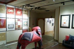โถงทางเข้าของ The Elephant Brand Bandanna Museum ที่จัดแสดงเรื่องราวต่างๆ ของผ้าพันคอผืนสี่เหลี่ยมจตุรัสนี้ไว้อย่างน่าสนใจ ซึ่งทั้งหมดเป็นของสะสมของKiro Hirata เจ้าของแบรนด์ KAPITAL ยีนส์ญี่ปุ่นที่ดังระดับโลกนั่นเอง