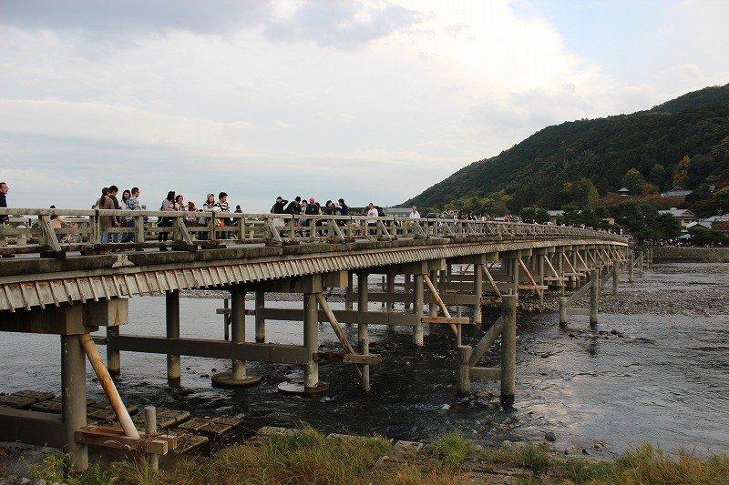 多くの人が橋を渡るのを楽しむ