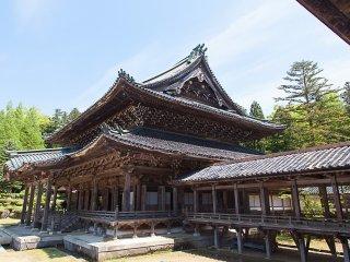 Đường tản bộ có mái che và tòa nhà thứ hai của ngôi đền
