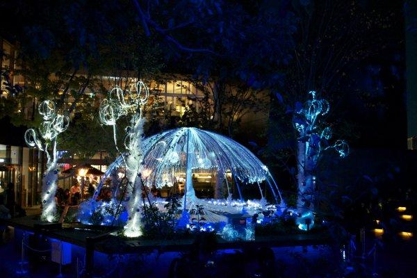 Фонтан с подсветкой, который сейчас украшает лес Омохара